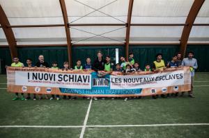 Bucarest, le due squadre di calcio formate dai carovanieri e dai bambini dell'orfanotrofio Pinocchio
